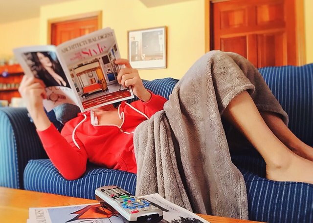 Sedentarismo. Tumbada en el sofá. Leer. Descansar