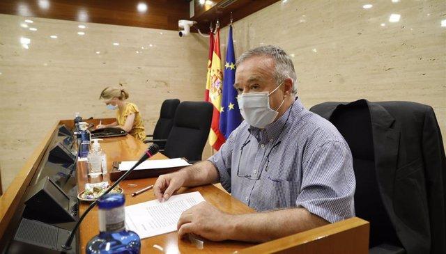 El director de Presupuestos de la Junta, Isidro Hernández, comparece en las Cortes.