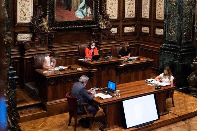 La alcaldesa de Barcelona y líder de BCComú, Ada Colau, durante un pleno extraordinario del Consejo Municipal del Ayuntamiento de Barcelona dedicado al uso del superávit de 2019 para la crisis del COVID-19.