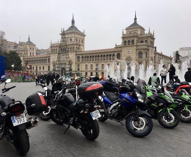 Motos aparcadas en la Plaza Zorrilla de Valladolid  tras el desfile de banderas de Pingüinos