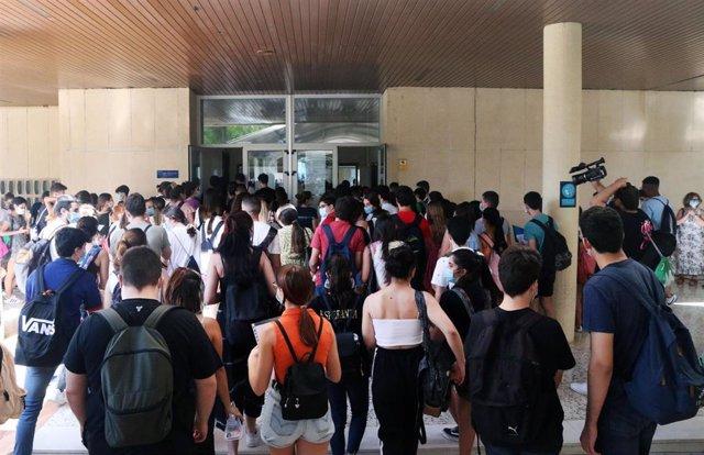Estudiantes esperan ser llamados para la realización de las pruebas de Evaluación para el acceso a la Universidad, EVAU tradicionalmente llamada selectividad. Málaga a 07 de julio del 2020