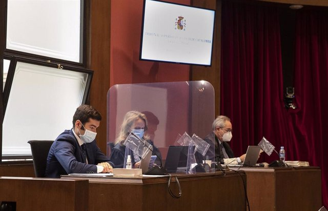 Las acusaciones en el juicio en el Tribunal Superior de Justicia de Catalunya (TSJC) contra exmiembros de la Mesa del Parlament: (D-I)Pedro Ariche (Fiscalía), Beatríz Vizcaíno (Abogacía del Estado) y Juan Cremades (Vox), el 21 de julio de 2020.