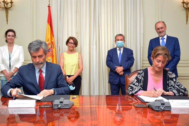 El presidente del Consejo General del Poder Judicial (CGPJ), Carlos Lesmes, y la presidenta del Consejo General de la Abogacía Española (CGAE), Victoria Ortega, firman un convenio para promover la mediación intrajudicial, el 24 de julio de 2020.