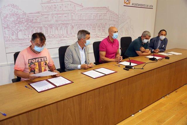 El Alcalde De León, José Antonio Diez, Junto Al Diálogo Social Durante La Firma De Diferentes Medidas Durante Este Viernes.