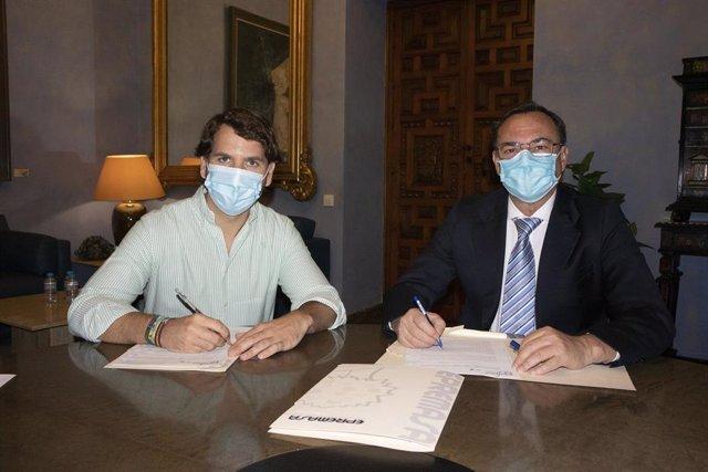 El presidente de Epremasa, Fracisco Palomares (dcha.), y el alcalde de Cabra, Fernando Priego, firman el acuerdo