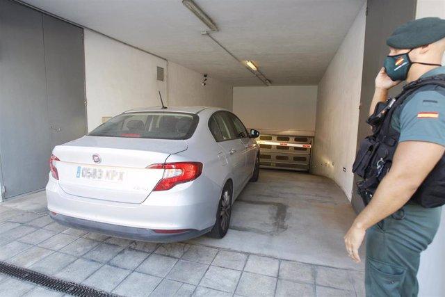 Un agente de la Guardia Civil vigila la llegada en coche del presidente de la Autoritat Portuària de Baleares (APB), Joan Gual de Torrella, a la sede de la APB en Palma