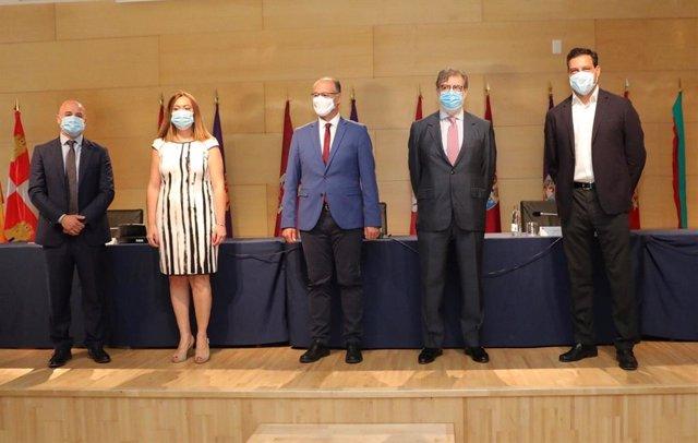 El presidente de Cecale, Santiago Aparicio, (segundo por la derecha) junto a portavoces de los grupos parlamentarios y el presidente de las Cortes, Luis Fuentes, (en el centro).