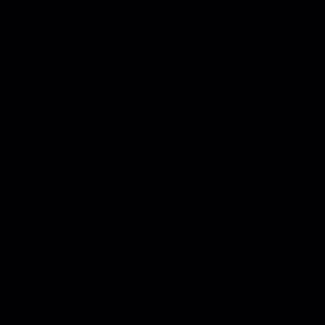 Estefanía (de frente), técnico sociosanitario, y Virtu (de espaldas), enfermera, ambas trabajadoras del Centro de Mayores Casablanca Villaverde (Av. de Rafaela Ybarra, 135), asisten a un residente en su cuarto cuatro días después de que se decretase el fi