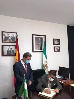 Francisco Reyes firmando en el libro de honor del Ayuntamiento de Chiclana de Segura
