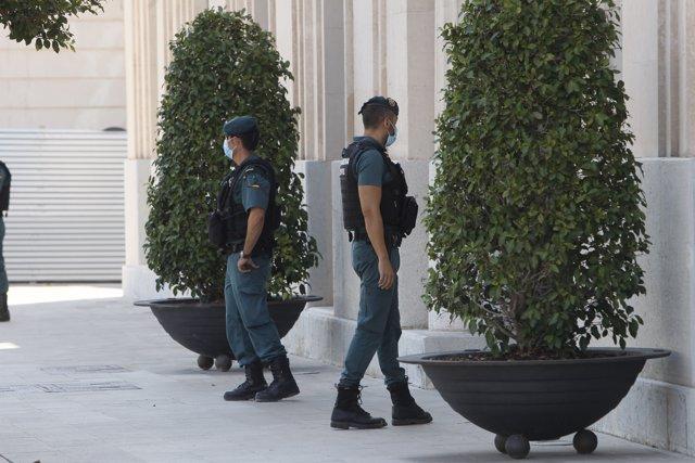 Agentes de la Guardia Civil custodian la sede de la Autoridad Portuaria de Baleares (APB) en Palma