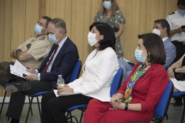 La secretaria de Estado de Defensa, Esperanza Casteleiro, junto a la ministra de Defensa, Margarita Robles