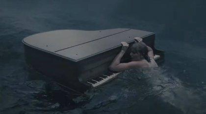 Taylor Swift naufraga en el videoclip de Cardigan, primer single de Folklore, su disco sorpresa