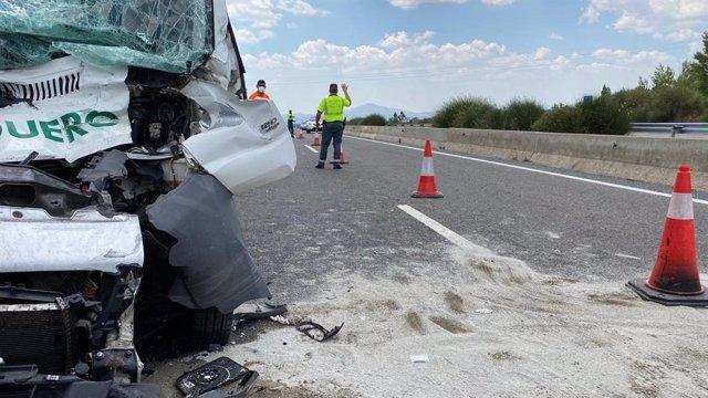 Muere el conductor de una furgoneta al chocar contra un camión en la A-1