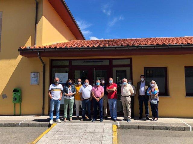 Visita de diputados del PP al consultorio de Psoada de Llanes.