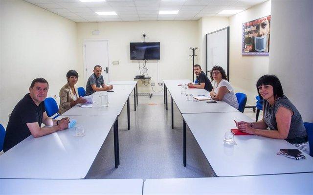 Reunión entre delegaciones de EH Bildu y CCOO en la sede del sindicato en Bilbao