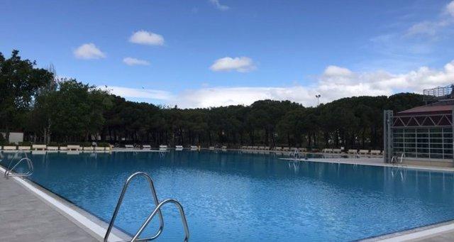 La piscina al aire libre del Centro Deportivo Municipal de Aluche, en el distrito de Latina.