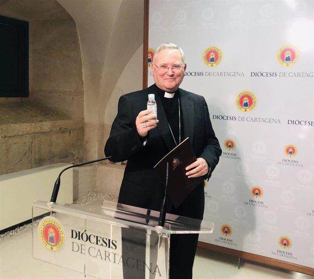El obispo de la Diócesis de Cartagena, monseñor José Manuel Lorca Planes, en rueda de prensa con un gel desinfectante