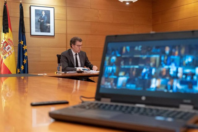 El presidente de la Xunta, Alberto Núñez Feijóo, participa en la décima videoconferencia con el presidente del Gobierno, Pedro Sánchez, y el resto de líderes autonómicos.