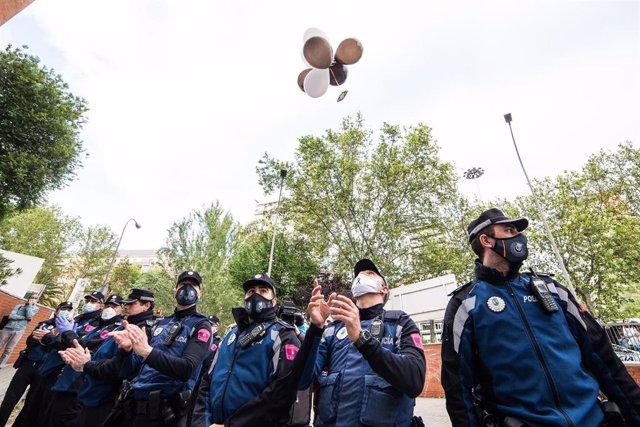 La Policía Municipal de Madrid se une a los sanitarios del Hospital Fundación Jiménez Díaz en apoyo a los profesionales fallecidos por coronavirus y sus familias.
