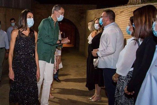 El Rey Felipe VI agradece al alcalde de Mérida, Antonio Rodríguez Osuna, el detalle que le ha entregado, que consiste en una foto de su bisabuelo Alfonso XIII en su visita a la capital extremeña en 1927