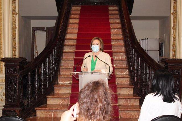 La delegada del Gobierno en Andalucía, Sandra García, durante el acto en la Subdelegación del Gobierno en Granada.
