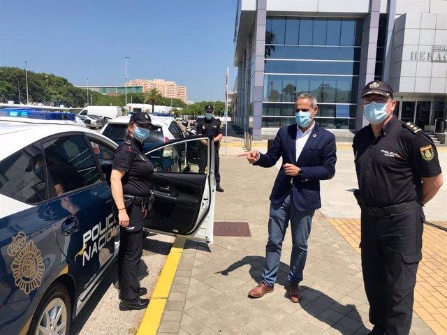 El subdelegado en la presentación de los nuevos vehículos para la Policía Nacional en Cádiz