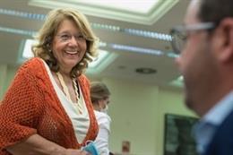 La exministra y diputada 'popular' Elvira Rodríguez charla con un compañero en una comisión del Congreso