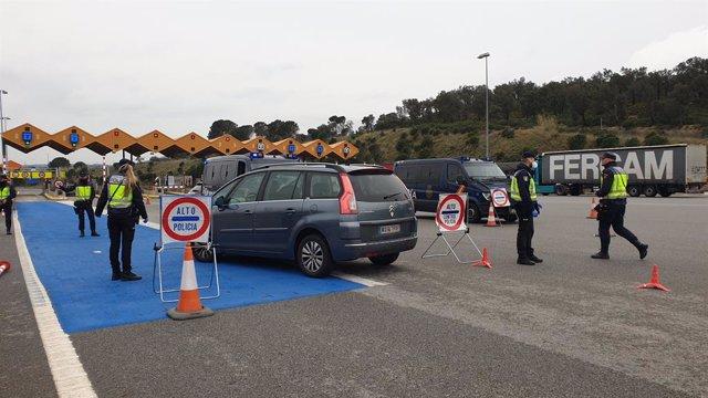 La Policia Nacional fa un control a la Jonquera, a la frontera amb França. Girona, Catalunya, (Espanya) 17 de març del 2020.