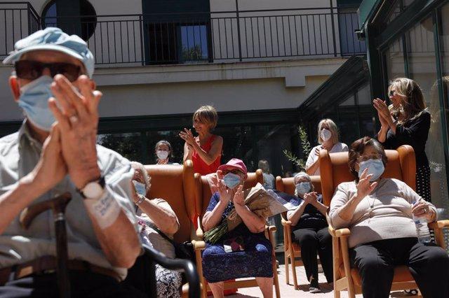 """Residentes de la Residencia de Mayores Pablo Neruda aplauden durante el """"Día de los Mayores"""", una celebración convocada por la Asociación de Víctimas del COVID-19. En Ciempozuelos, Madrid (España) a 28 de junio de 2020"""