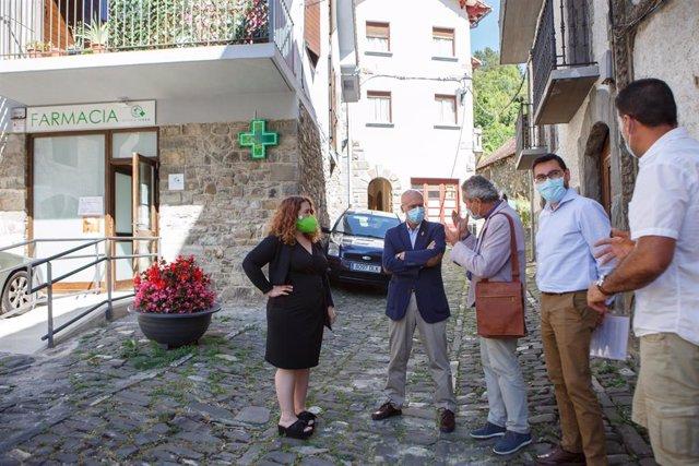 El consejero de Cohesión Territorial del Gobierno de Navarra, Bernardo Ciriza, en el centro, junto a las autoridades locales ante el edificio de la farmacia de Isaba.