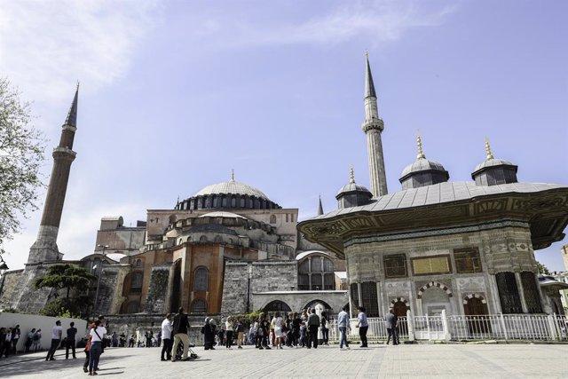 AMP2.- Turquía.- Erdogan encabeza el primer rezo musulmán en Santa Sofía tras su