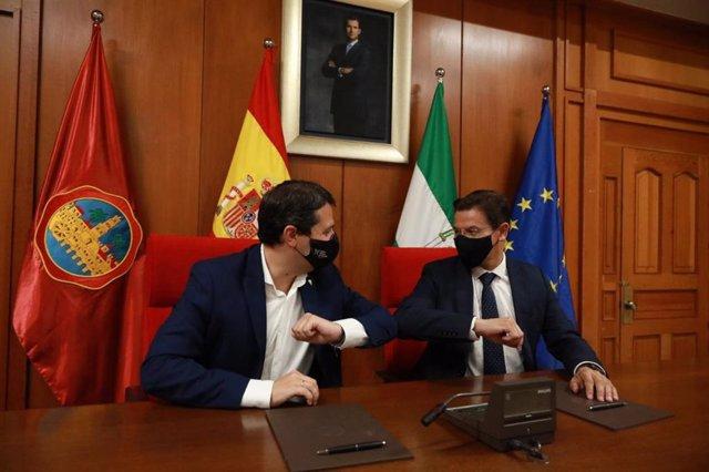 Los alcaldes de Córdoba y Granada se saludan tras firmar el protocolo.