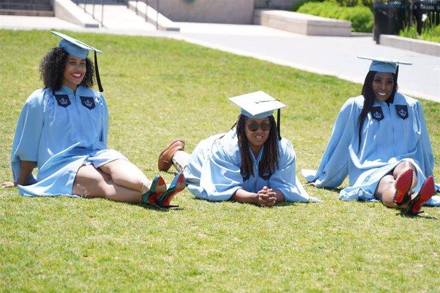 Estudiantes de la Universidad de Columbia graduadas.
