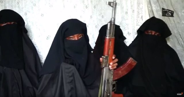 El grupo yihadista Boko Haram ha publicado un vídeo en el que cuatro de las más de 200 niñas secuestradas en 2014 en la localidad nigeriana de Chibok aparecen armadas con un fusil Kalashinikov.