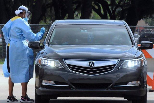 Imagen de un profesional sanitario realizando una prueba de coronavirus en Estados Unidos.