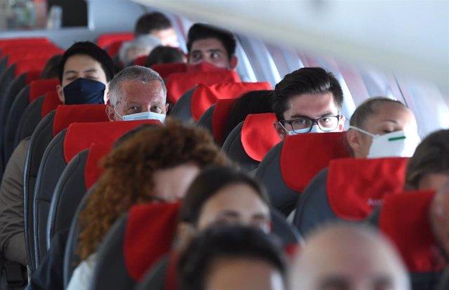 Pasajeros con mascarilla en un vuelo de Austrian Airlines.