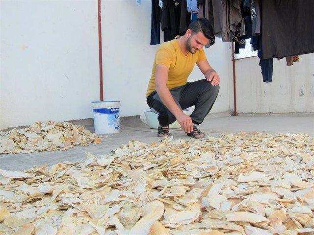 Mohamad, refugiado sirio en Jordania, preparando pan seco