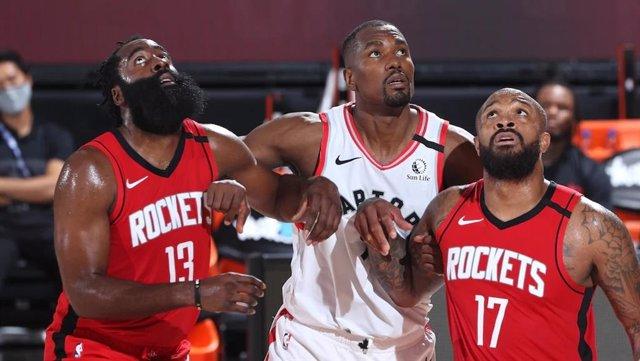 El jugador español de los Toronto Raptors Serge Ibaka (en el centro) en el partido de pretemporada de la NBA ante Houston Rockets