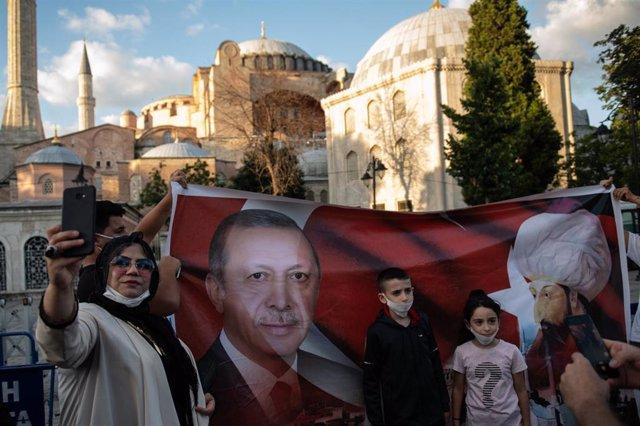 Celebración de la reconversión de la antigua basílica de Santa Sofía de Estambul en mezquita con una bandera de Erdogan y del sultán Mehmed II
