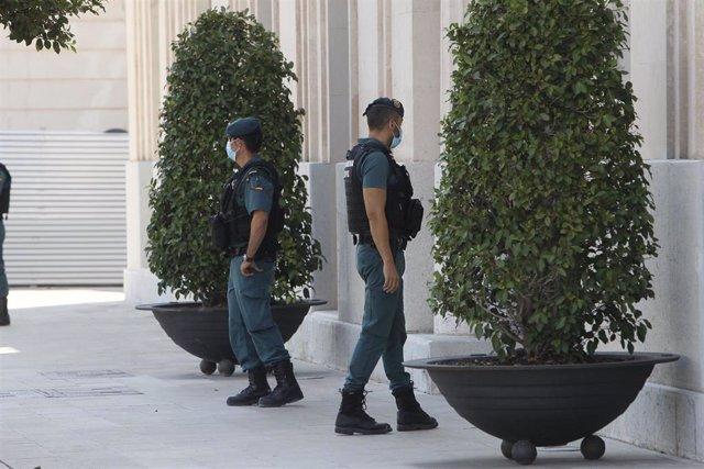 Agentes de la Guardia Civil custodian la sede de la Autoridad Portuaria de Baleares (APB) en Palma de Mallorca, Islas Baleares (España), a 24 de julio de 2020.