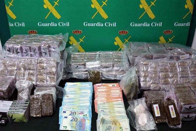 Sustancias y dinero incautados durante una operación de la Guardia Civil en Llanera
