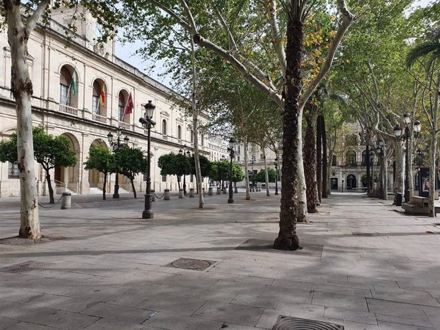 Imagen de la Plaza Nueva, con el Ayuntamiento de Sevilla, completamente vacía durante el estado de alarma por el coronavirus