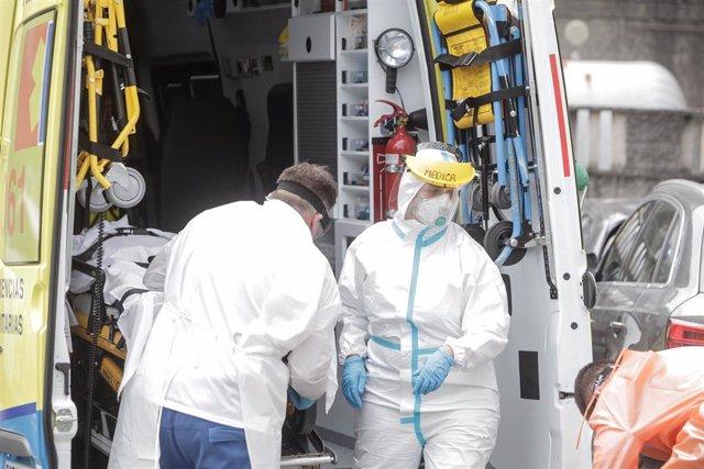 Un jugador del CF Fuenlabrada infectado de Covid-19 llega en ambulancia tras sentirse 'indispuesto' al Hospital Quirón trasladado desde el Hotel NH Collection Finisterre, en A Coruña, Galicia (España), a 24 de julio de 2020