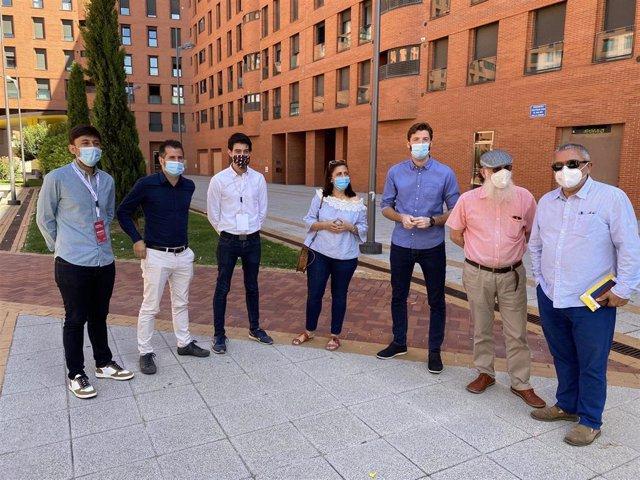 Luis Tudanca, secretario general del PSOE de Castilla y León (segundo por la izquierda) y a su drecha (camisa blanca) Eudardo Martín, nuevo secretario provincial de JJSS de Burgos.