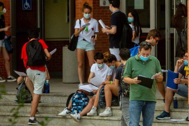 Estudiantes de Bachillerato en las inmediaciones de las aulas donde entrarán para realizar los exámenes de la EBAU