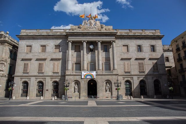 Façana de l'Ajuntament de Barcelona amb un dibuix d'un arcoiris.