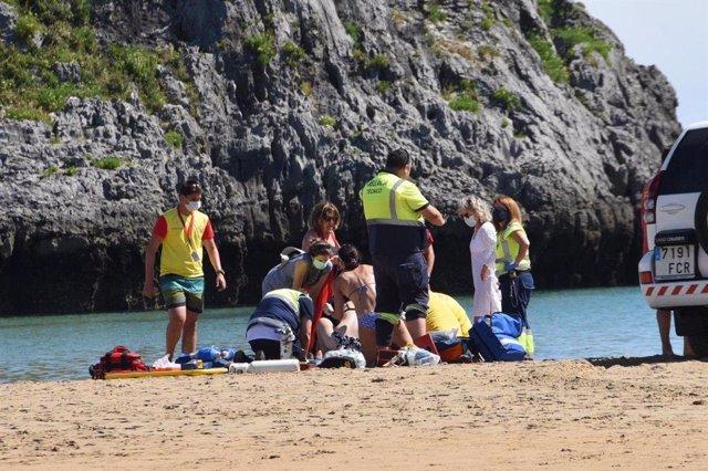 Un bombero de Toledo ayuda a recuperan a una mujer de una parada cardiorespiratoria en la playa cántabra de Ris