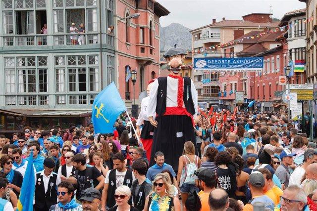 Las calles de Arriondas se llenan de gente con motivo de la  83ª edición del Descenso Internacional del Sella.