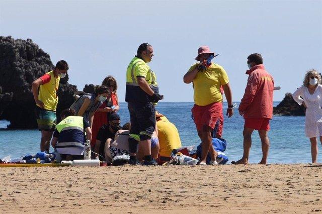 Organizadores los Campeonatos de Salvamento y Socorrismo salvan la vida de una mujer en una playa cántabra