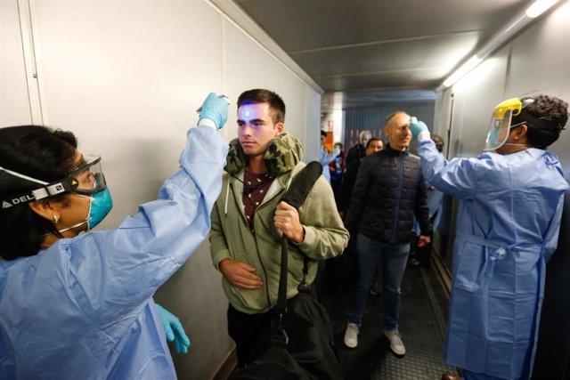 Controles sanitarios a pasajeros a su llegada al aeropuerto internacional Jorge Chávez de Lima por el coronavirus